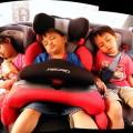 Niños durmiendo en el coche