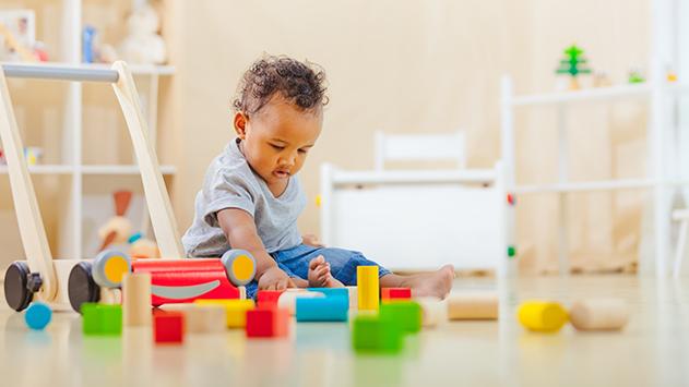 Niño de 14 meses jugando con el carrito andador correpasillos de Plantoys, en CuCuToys