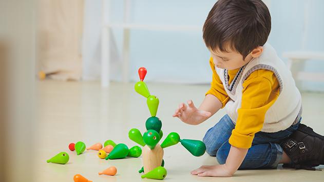 Niño de 3 años y medio jugando con el árbol equilibrios, de plantoys, en CuCuToys