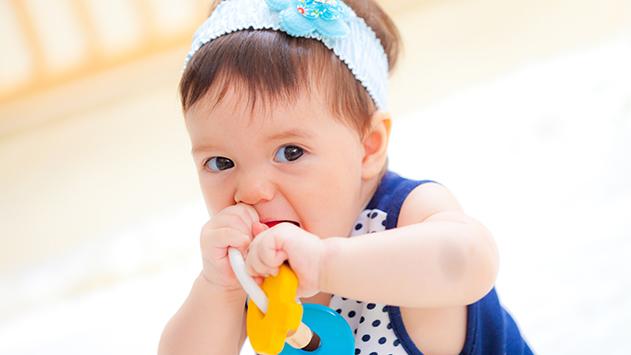 Niña de 6 8 meses jugando con el mordedor de CuCuToys
